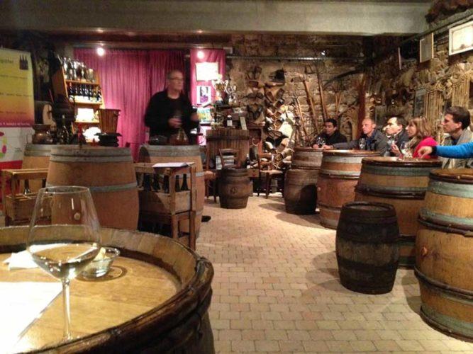 dégustation de vin dans un caveau