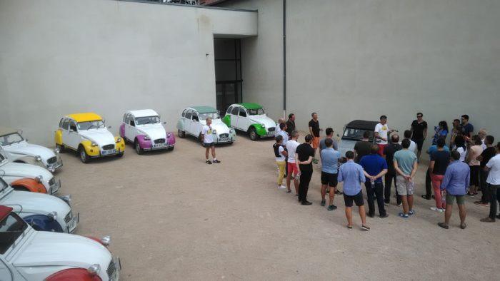 Briefing d'une équipe autour des 2cv avant leur départ sur une activité team building