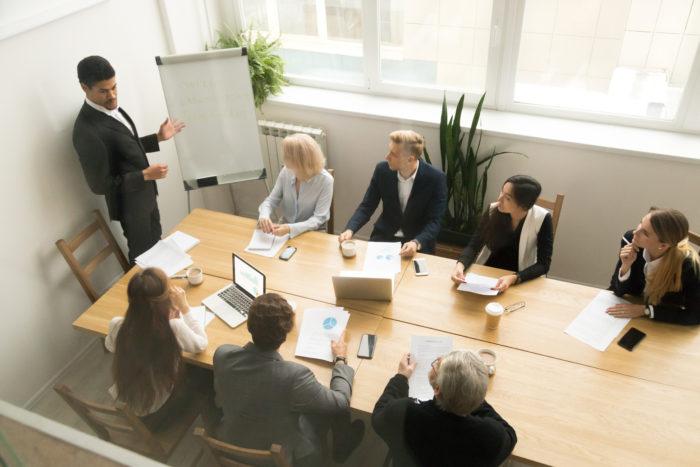 Équipe se regroupant pour une réunion
